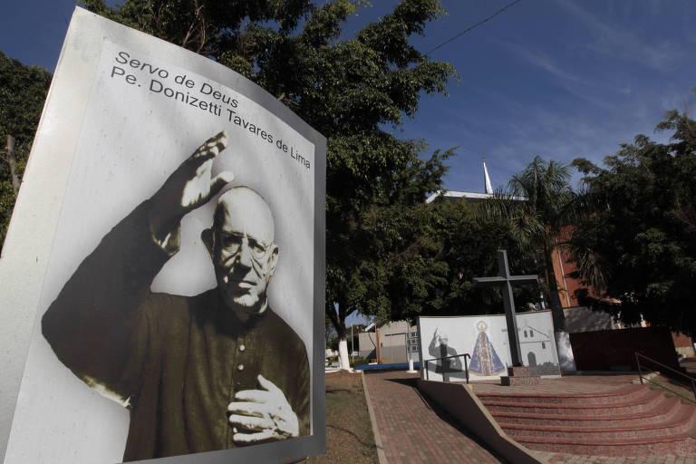 Cartaz com imagem do padre Donizetti em frente ao Santuário Nossa Senhora Aparecida, em Tambaú (255 km de SP)