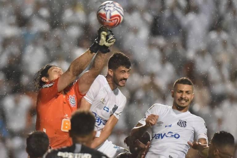 O goleiro corintiano Cássio soca a bola antes da chegada do zagueiro santista Gustavo Henrique