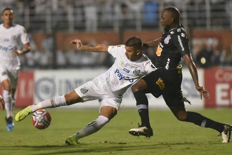 O corintiano Manoel tenta tirar a bola do atacante santista Derlis González, no duelo de volta das semifinais do Paulista, no estádio do Pacaembu