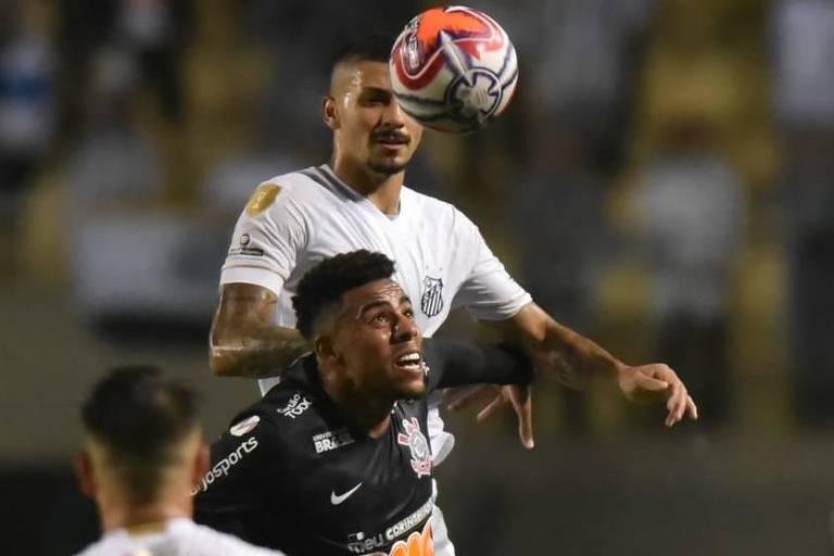 O atacante corintiano Gustavo tenta se livrar da marcação do volante santista Alison, no duelo de volta da semifinal do Paulista, no Pacaembu
