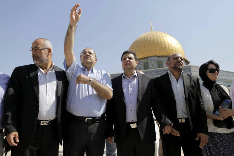 Parlamentares árabe-israelenses que faziam parte do partido Lista Árabe Unida visitam o Domo da Rocha, em 2015; da esquerda para a direita: Osama Saadi, Ahmed Tibi, Ayman Odeh, Masud Ganaim e Haneen Zoabi