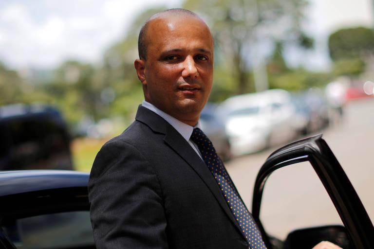Deputado Major Vitor Hugo saindo da sede do Ministério da Economia, em Brasília