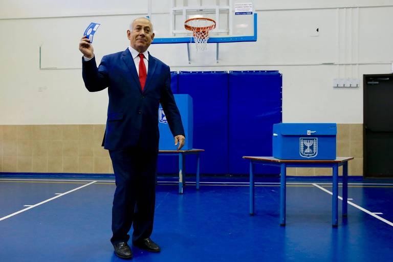 O primeiro-ministro de Israel, Biyamin Netanyahu, ao votar nesta terça-feira (9) em Jersualém