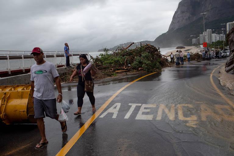 Um dia após tempestade que causou oito mortes, população enfrenta transtornos no Rio