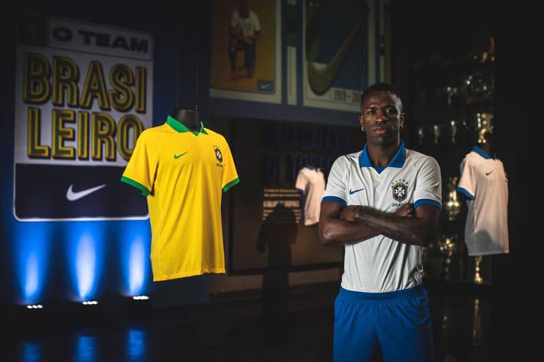 Vinicius Junior posa para a foto com a nova camisa da seleção brasileira