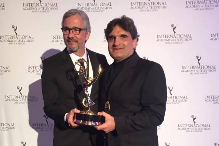 O autor Cao Hamburger e o diretor artístico Paulo Silvestrini recebem o prêmio Emmy Internacional Kids 2018 por melhor série com 'Malhação: Viva a Diferença'.