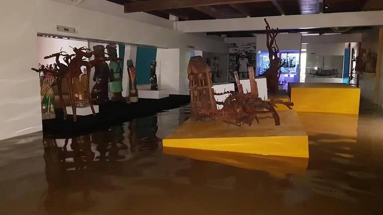 Interior do Museu Casa do Pontal, no Recreio dos Bandeirantes, alagado após as chuvas no Rio