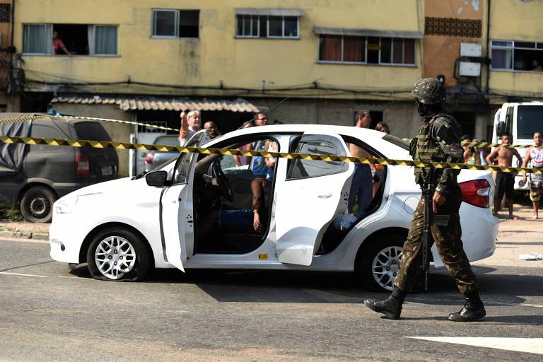 Militares do Exército acertaram mais de 80 disparos em carro em que estava o músico Evaldo Rosa dos Santos, no Rio