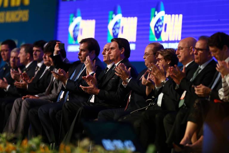 Jair Bolsonaro e os presidentes da Câmara, Rodrigo Maia, e do Senado, Davi Alcolumbre, em abertura da Marcha dos Prefeitos