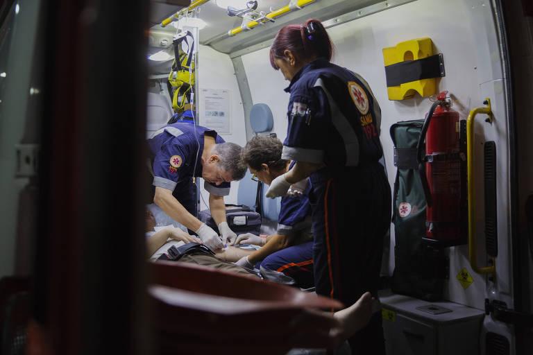 Equipe do Samu presta atendimento a uma paciente na região da Lapa, na zona oeste de São Paulo