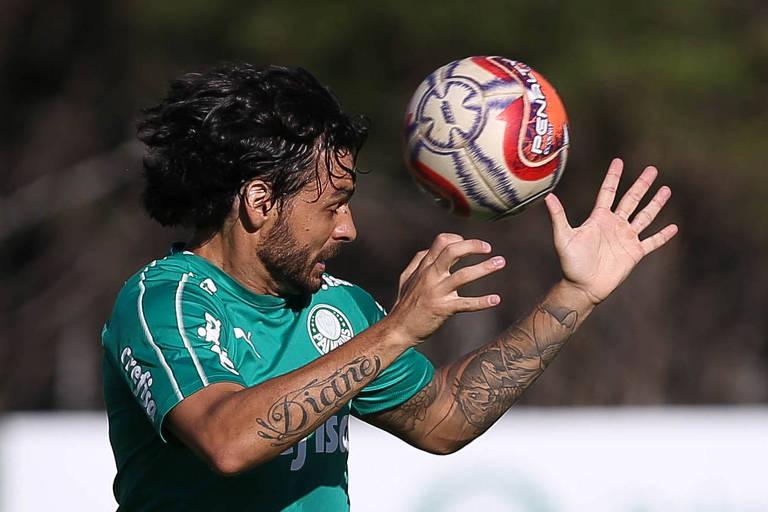 O atacante Ricardo Goulart cabeceia a bola em treino do Palmeiras; ele volta ao time para liderar o ataque contra o Junior Barranquilla, no Allianz Parque
