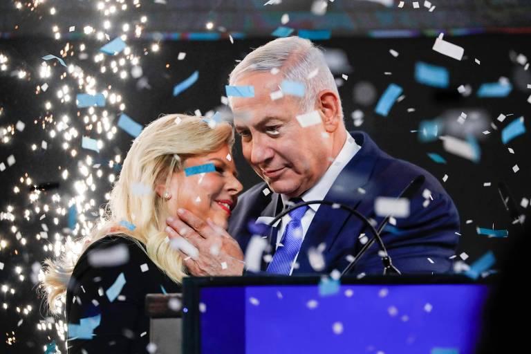O premiê israelense, Binyamin Netanyahu, e sua mulher, Sara, comemoram anúncio de bocas de urna, em Tel Aviv