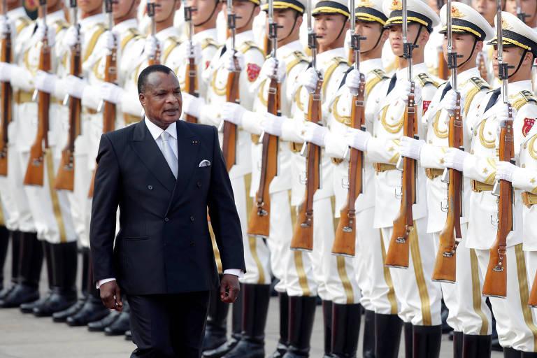 O presidente de Congo, Denis Sassou-Nguesso, é recebido com honras militares em Pequim
