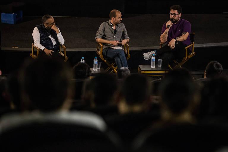 O psicólogo Klecius Borges (esq.), o jornalista da Folha Guilherme Genestreti e o publicitário Filipe Bortolotto durante debate sobre o filme 'Boy Erased: Uma Verdade Anulada', em São Paulo