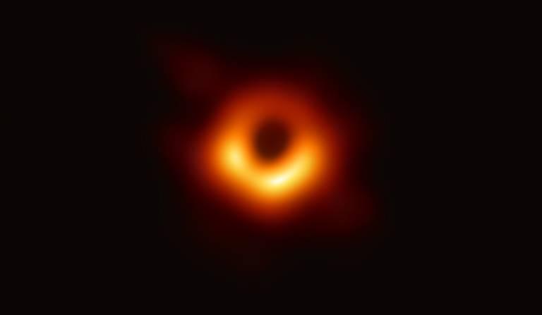 Imagem divulgada nesta quarta (10) mostra buraco negro ao centro da galáxia M87