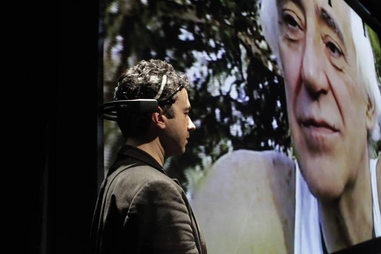 O ator e diretor André Guerreiro Lopes durante o espetáculo 'Tchékhov É um Cogumelo'