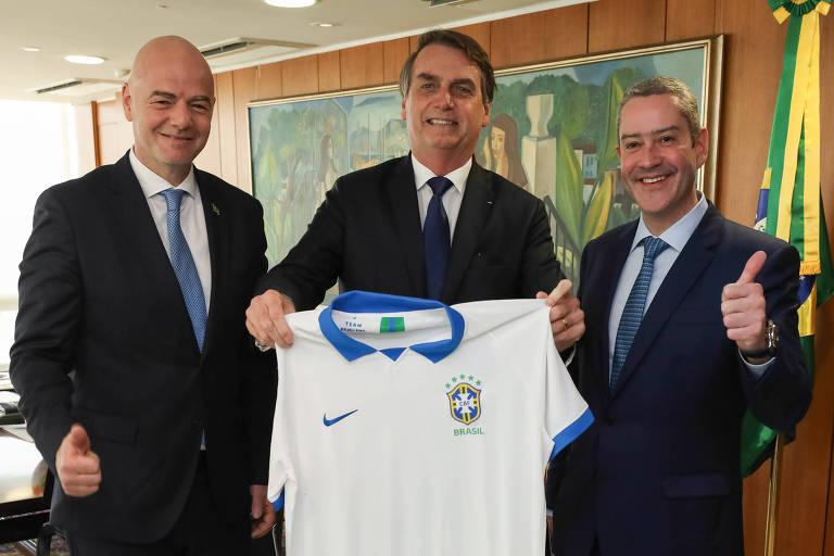 Presidente da Fifa, Gianni Infantino (à esq.), durante encontro com o presidente da República, Jair Bolsonaro, ao lado presidente da CBF, Rogerio caboclo