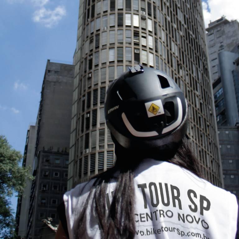 Ciclista em frente ao Edifício Itália, uma das atrações do passeio