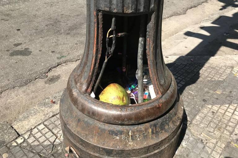 Poste da avenida Ipiranga que teve a tampa furtada tem acúmulo de lixo