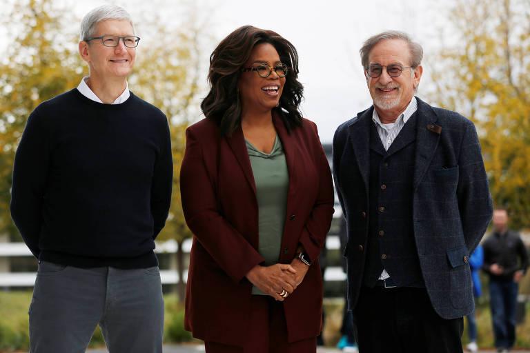 CEO da Apple, Tim Cook; Oprah Winfrey; e o cineasta Steven Spielberg em evento da Apple