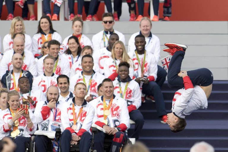 Ginasta britânico Max Whitlock se apresenta durante evento que celebrou desempenho histórico da Grã-Bretanha no Rio