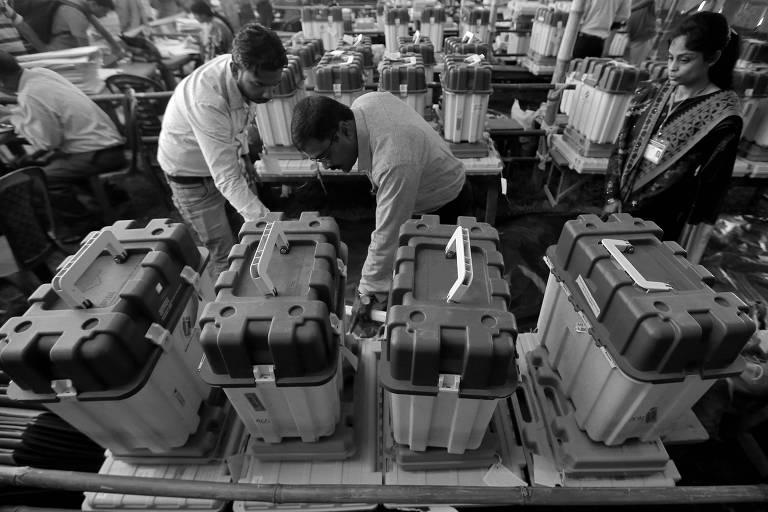 Em Alipurduar, Bengala Ocidental, indianos conferem equipamentos que serão utilizados nas eleições