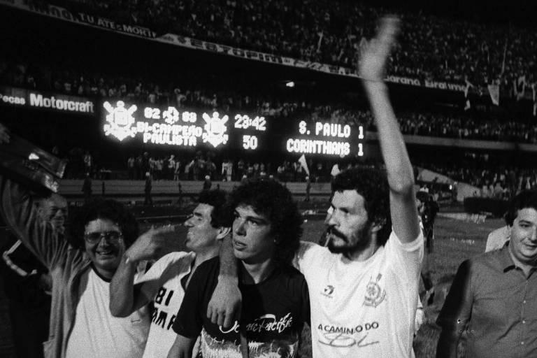 Sócrates comemora o título paulista do Corinthians de 1983 abraçado ao amigo Casagrande, no Morumbi, após o empate com o São Paulo