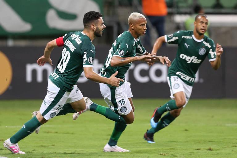 Deyverson (ao centro) comemora com Bruno Henrique (à esq.) e Mayke o seu gol contra a equipe do Junior Barranquilla, no Allianz Parque