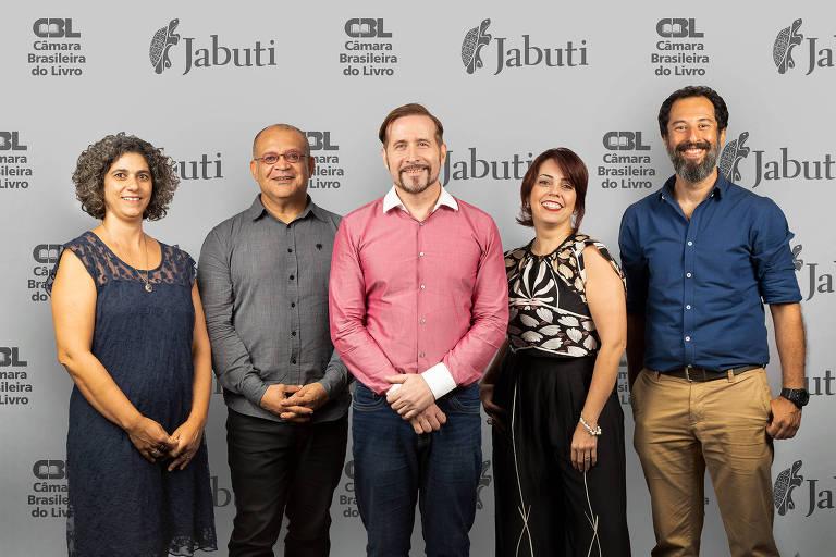 Curador do 61º Jabuti, Pedro Almeida, ao centro, posa com o restante do conselho da premiação
