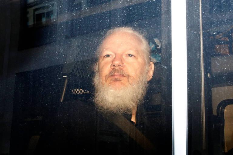 Julian Assange, em van da polícia, após ser preso em Londres