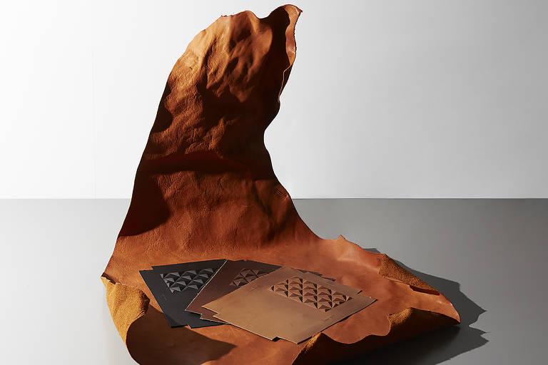 Peças de couro de boi da raça kobe, que costuma ser descartado, projetadas pelo designer japonês Kuli-Kuli; com o trabalho, ele ganhou o primeiro lugar no prêmio do Salone Satellite