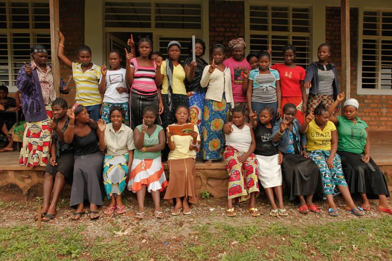 24 mulheres em frente a centro de acolhimento no Congo
