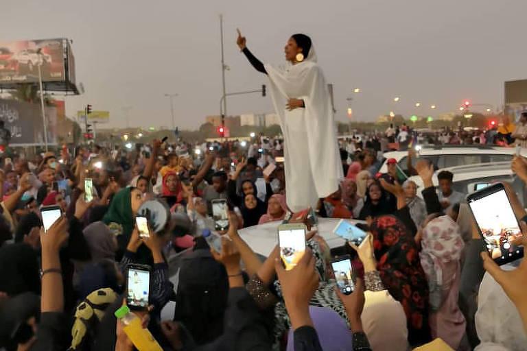 Foto que viralizou mostra sudanesa em protesto contra o ditador Omar Al-Bashir