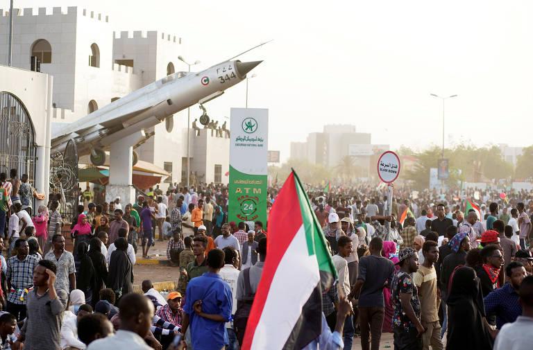 Forças Armadas do Sudão destituem o ditador Omar al-Bashir em abril de 2019