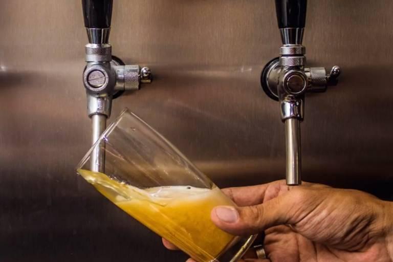 Torneiras de cerveja do Maniga's Brew Pub, no Ipiranga