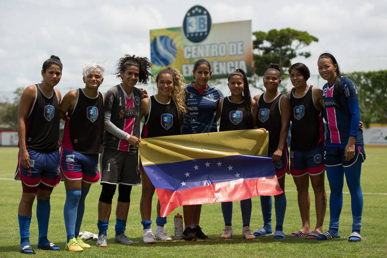 Com atletas refugiadas, time feminino de Manaus dribla regra para ter estrangeiras