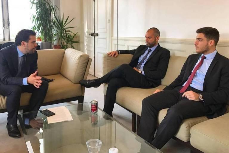 Covas e Gustavo (dir.) durante reunião com Patrick Klugman, adjunto da prefeita de Paris