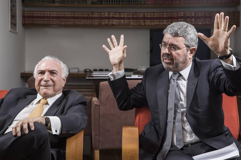 O ex-presidente Michel Temer (MDB) ao lado de seu advogado, Eduardo Carnelós, durante entrevista à Folha