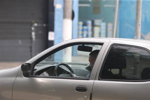 SAO PAULO, SP, 11/04/2019, BRASIL - AUMENTA AS MULTAS DE USO DE CELULAR AO VOLANTE - 13:05:51 - Em 2018, a capital registrou 337.544 multaspor uso de celular  na cidade. Motorista manuseia celular, no cruzamento da rua Emilia Marengo com a rua Nestor de Barros. (Rivaldo Gomes/Folhapress, NAS RUAS) - ***EXCLUSIVO AGORA*** EMBARGADA PARA VEICULOS ONLINE***UOL, FOLHAPRESS E FO LHA.COM CONSULTAR FOTOGRAFIA DO AGORA***FONES 32242169 E 32243342***