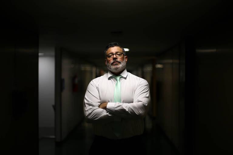 De braços cruzados, o deputado federal Alexandre Frota, que foi expulso do PSL