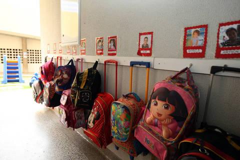 SÃO PAULO, SP, 27.10.2015: CRECHE-PÚBLICA - Mochilas infantis na creche do Jardim Edite, em São Paulo, administrada pela Ong Liga Solidária. No local, as criancas podem ficar em tempo integral (10 horas ao todo), recebem alimentação planejada por nutricionistas e são acompanhadas por uma enfermeira. Os professores passam por treinamento intensivo. (Foto: Luiz Carlos Murauskas/Folhapress)