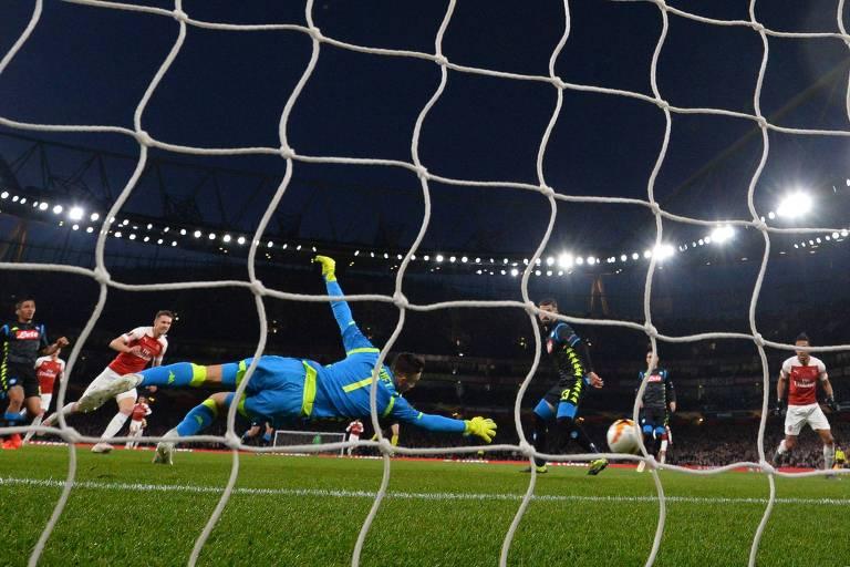 Aaron Ramsey completa para a rede do goleiro Meret, do Napoli, e abre o placar para o Arsenal na vitória dos ingleses no jogo de ida das quartas de final da Liga Europa