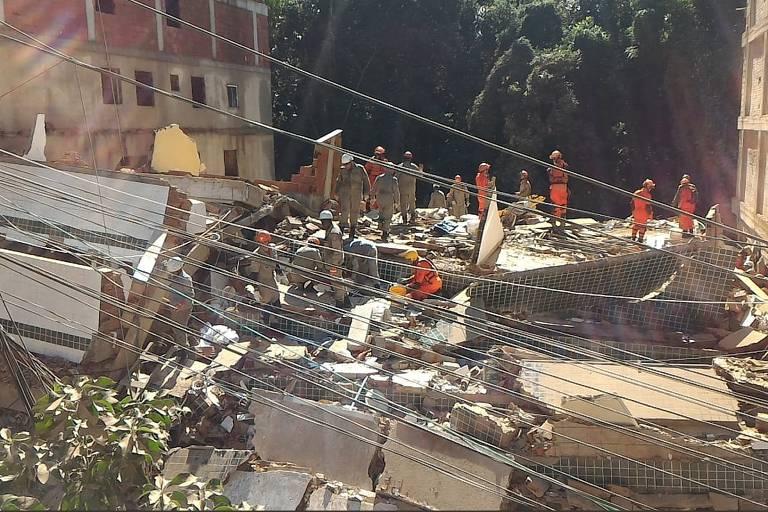 Bombeiros atuam nos escombros de prédios que caíram no Rio nesta sexta-feira (12)