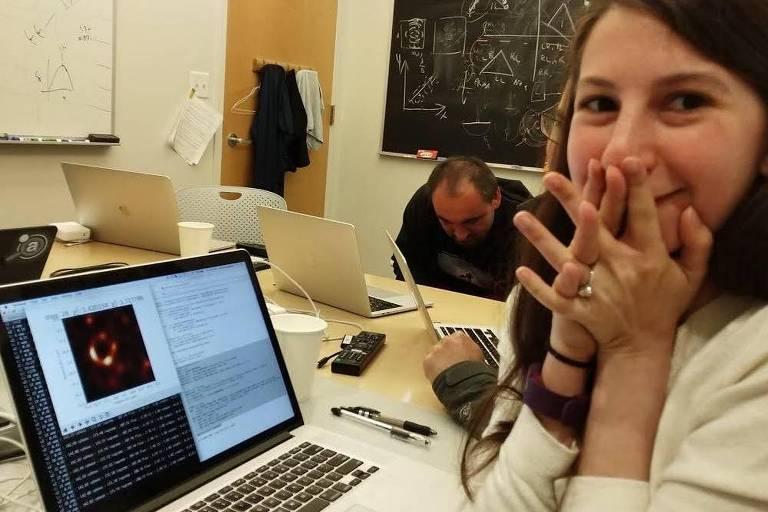 Pesquisadora é criticada por ter virado a 'cara' do buraco negro, olha para o computador em êxtase