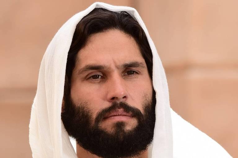 Dudu Azevedo encara Jesus, na novela da Record