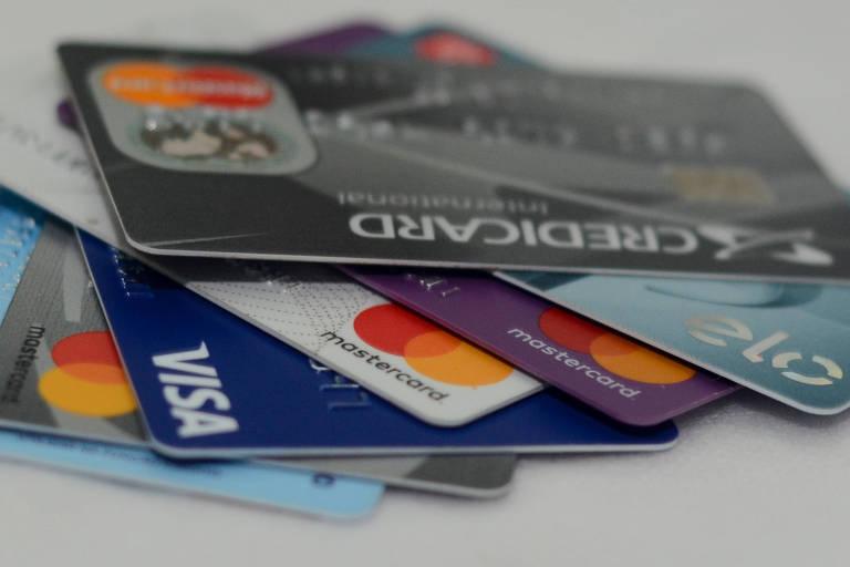 Pilha de cartões de crédito Visa, MasterCard e Elo.