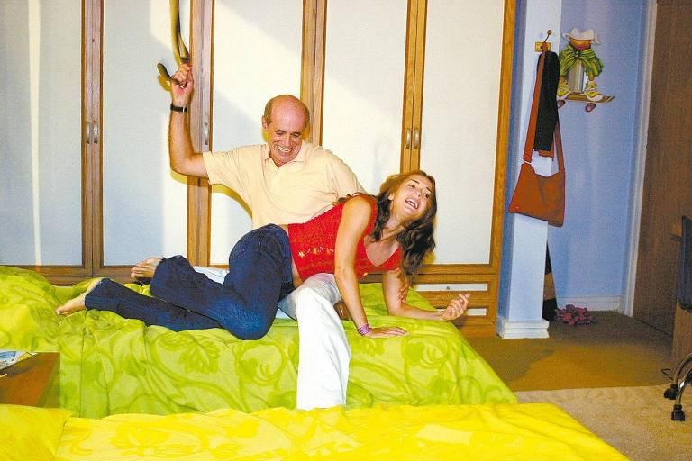 A personagem Dóris, interpretada pela atriz Regiane Alves, apanha de seu pai Carlão, interpretado pelo ator Marcos Caruso