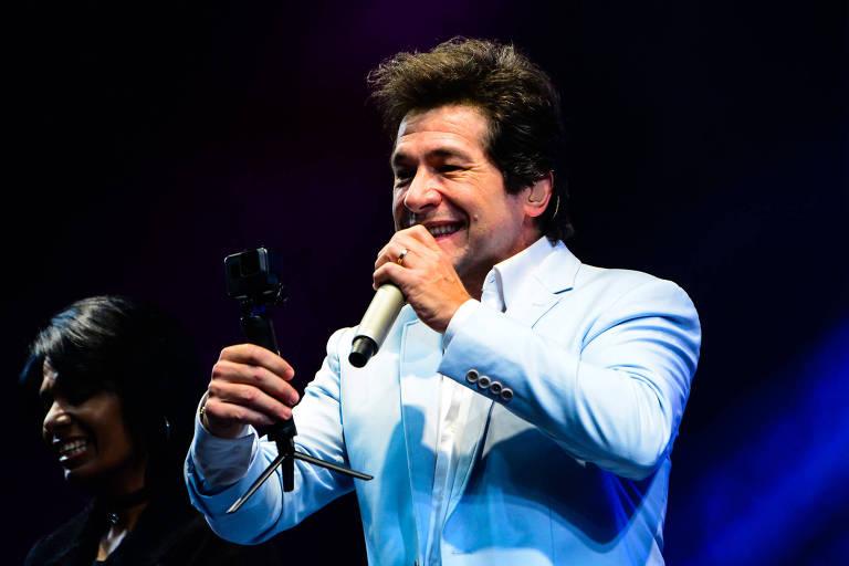 Daniel canta de terno azul claro e sorridente em show no Santuário Nacional de Aparecida/SP