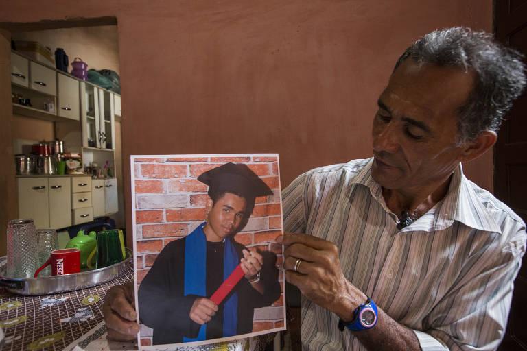 João Antonio Ribeiro, 61, segura foto do filho, Cleiton