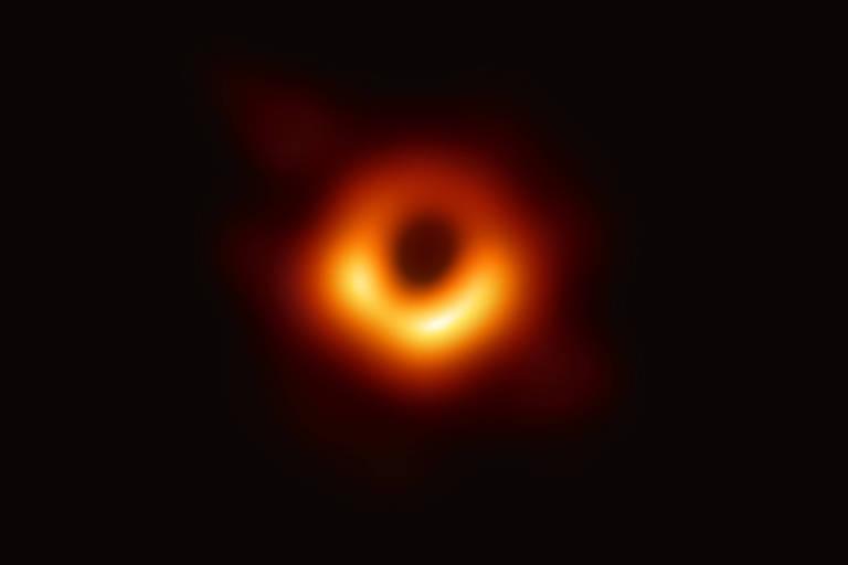 Imagem divulgada em 10 de abril mostra buraco negro ao centro da galáxia M87